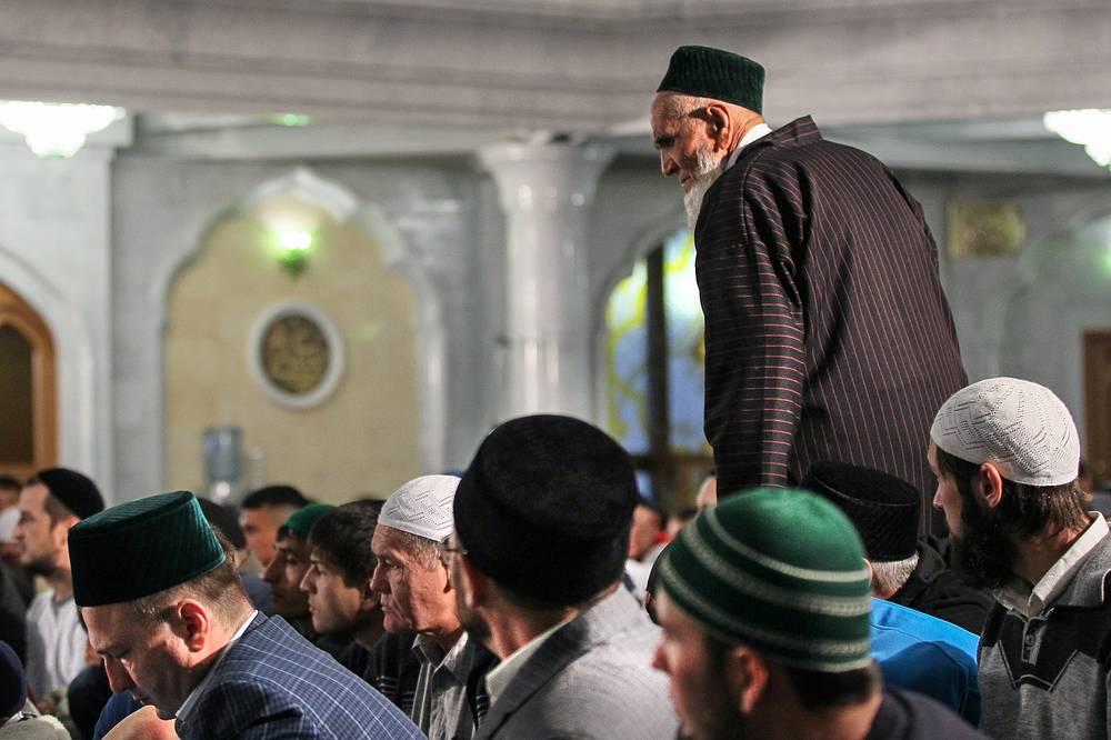 В этих республиках Ураза-байрам официально является нерабочим днем. На фото: праздник Ураза-байрам в мечети Кул Шариф в Казани