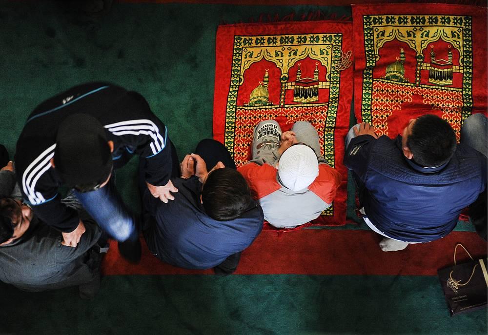Председатель Совета муфтиев России Равиль Гайнутдин отметил, что в праздничный намаз по завершении поста Рамадан и наступлении Ураза-байрама российские мусульмане молятся о процветании страны