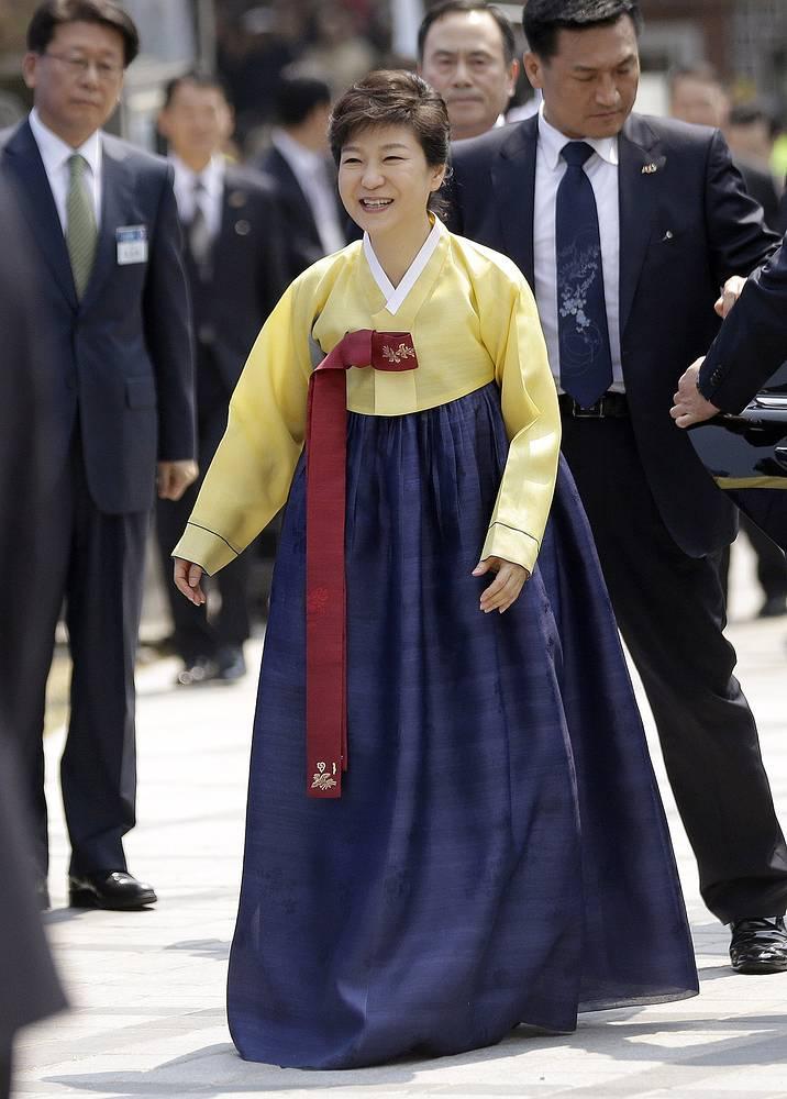 Президент Республики Корея Пак Кын Хе в традиционной одежде во время открытия после реставрации одного из старейших памятников Сеула - ворот Намдэмун, 2013 год