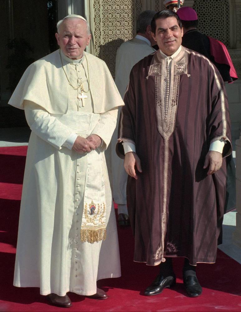 Папа Иоанн Павел II и президент Туниса Зин эль-Абидин бен Али (1987-2011), одетый в традиционное тунисское платье, Карфаген, 1996 год