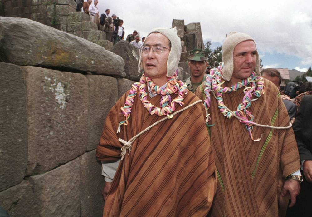 45-й президент Перу Альберто Фухимори (1990-2000) и президент Эквадора Абдала Букарам (1996-1997) в традиционных одеждах в Перу, во время поездки в Вилькасуаман, Перу, 1995 год