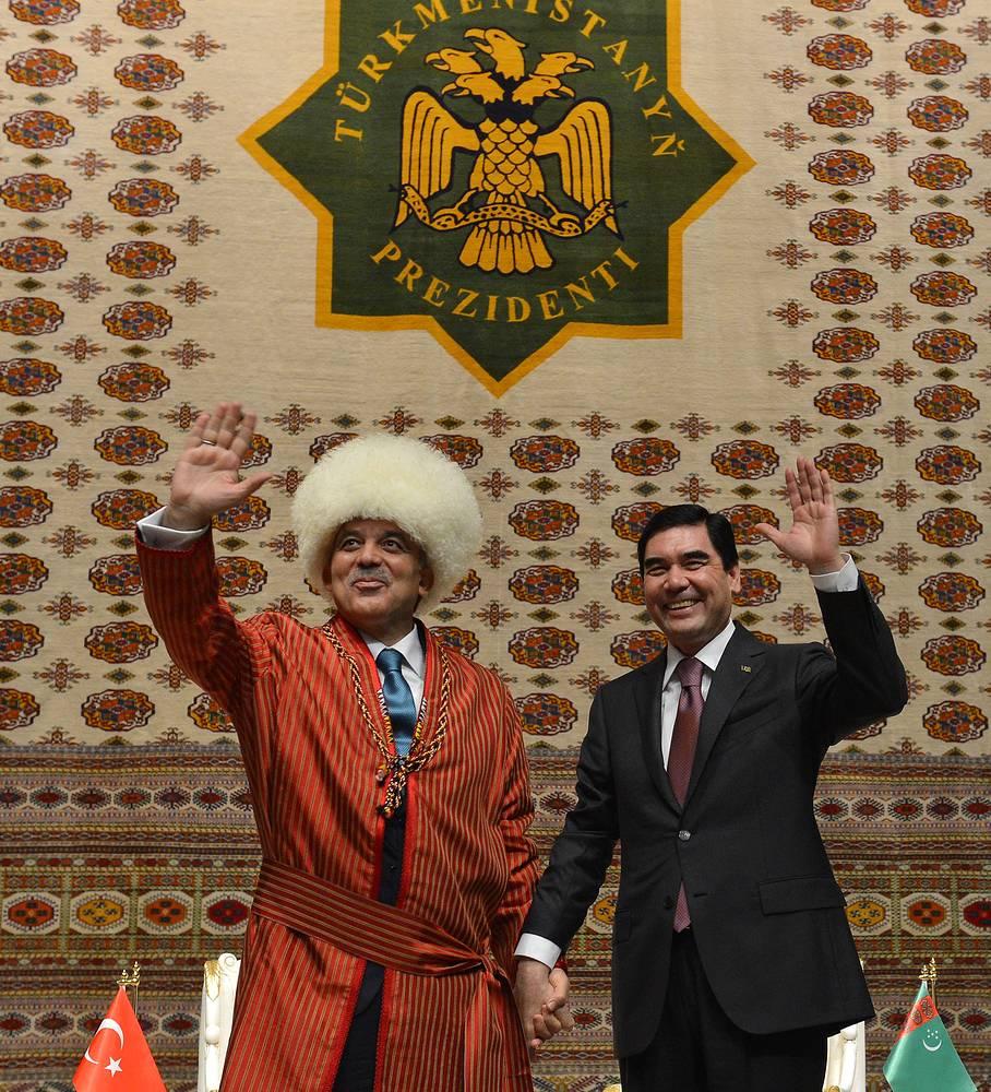 Президент Турции Абдулла Гюль в традиционном туркменском платье с президентом Туркмении Гурбангулы Бердымухамедовым в Ашхабаде, Туркмения, 2013 год