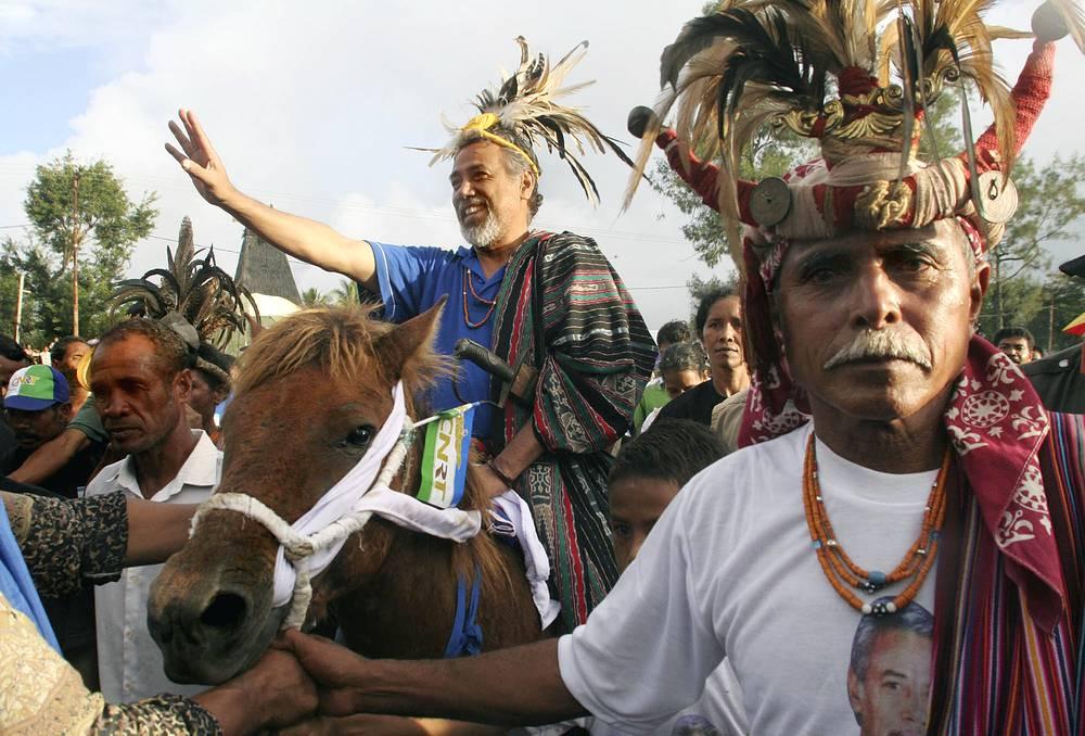Президент Восточного Тимора Шанана Гусман (2002-2007) в традиционном тиморском платье, Лос-Палос, Восточный Тимор, 2007 год
