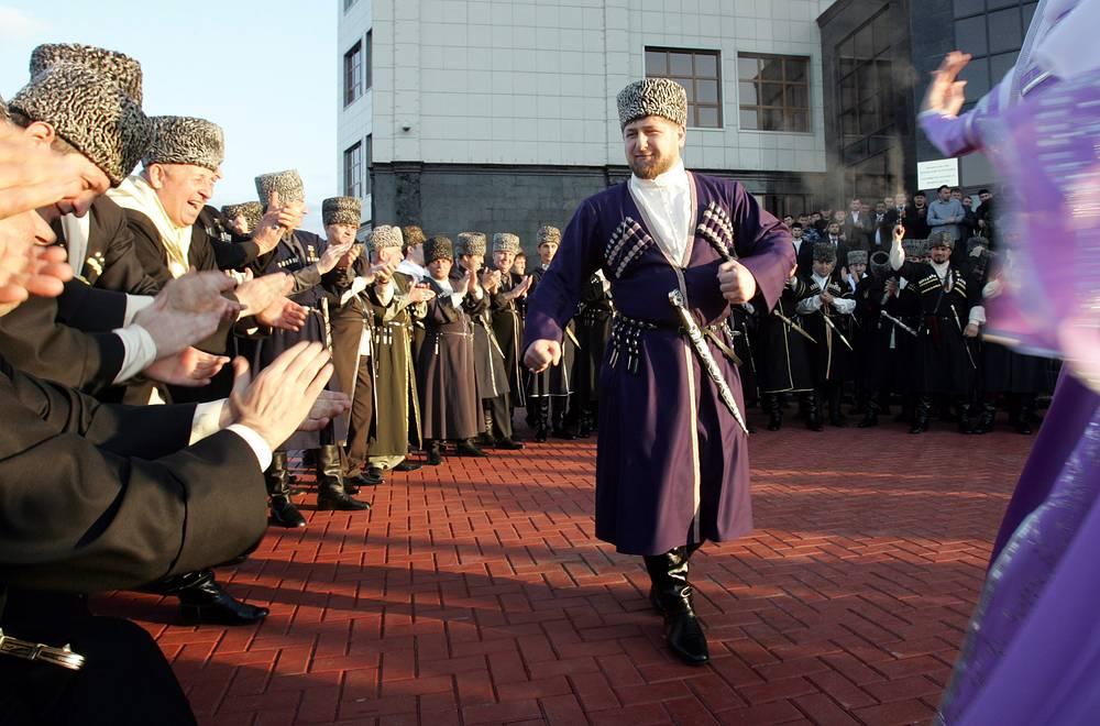 Глава Чечни Рамзан Кадыров в традиционном чеченском костюме, Грозный, 2011 год