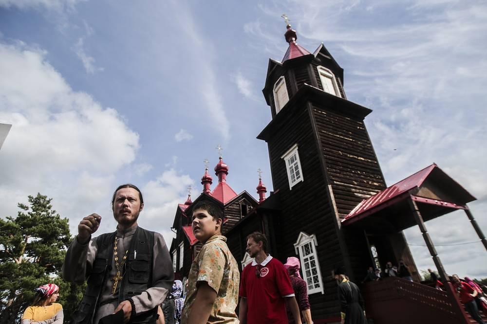 Колокольню церкви видно еще на дальних подъездах к Турнаеву