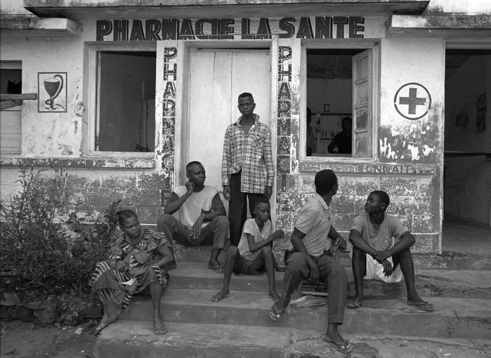 Специального лечения геморрагической лихорадки Эбола или вакцины против нее до сих пор не существует. Ни одна из крупных фармакологических компаний не вложила деньги в разработку вакцины против вируса Эбола. На фото: жители города Киквит возле аптеки, ДР Конго, 1995 год