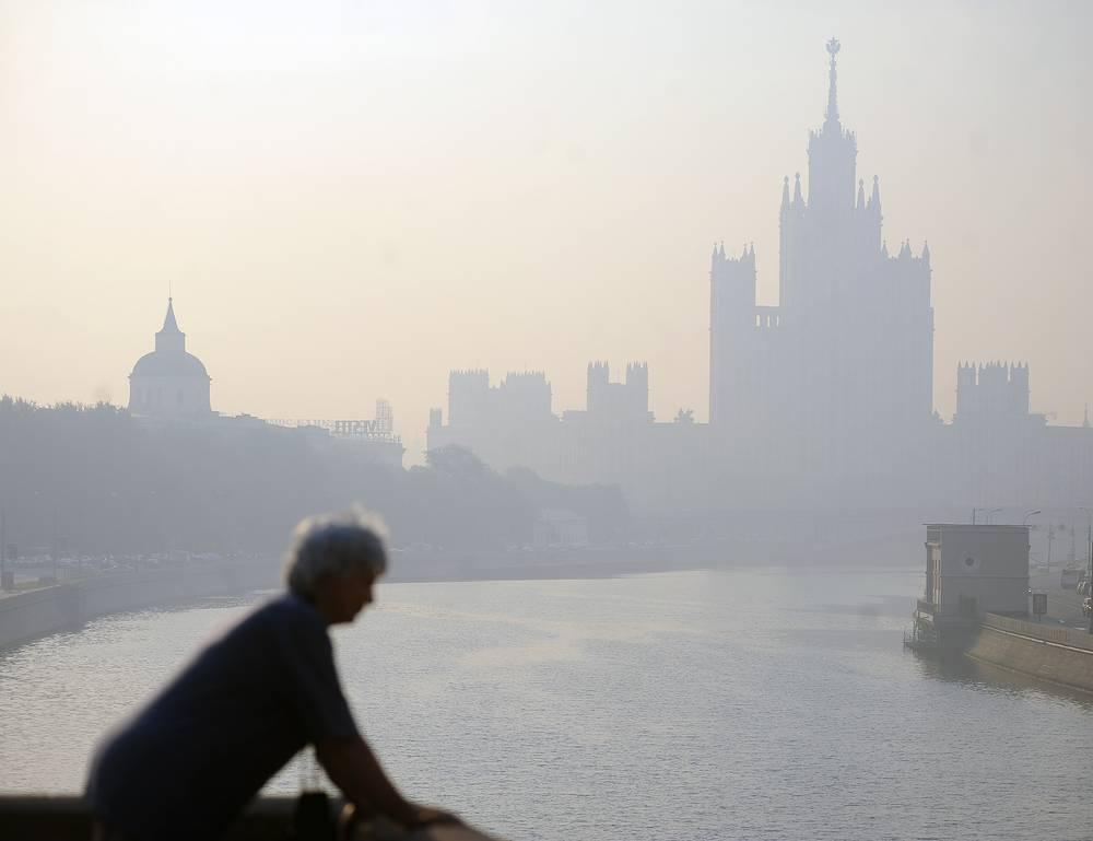 Из-за экстремальной жары ухудшилась экологическая обстановка, активизировались торфяные и лесные пожары, сопровождавшиеся запахом гари и задымлением. На фото: смог в Москве, август 2010 года