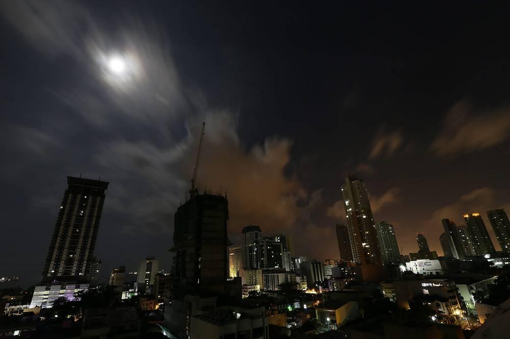 Вид на суперлуние в Маниле, Филиппины