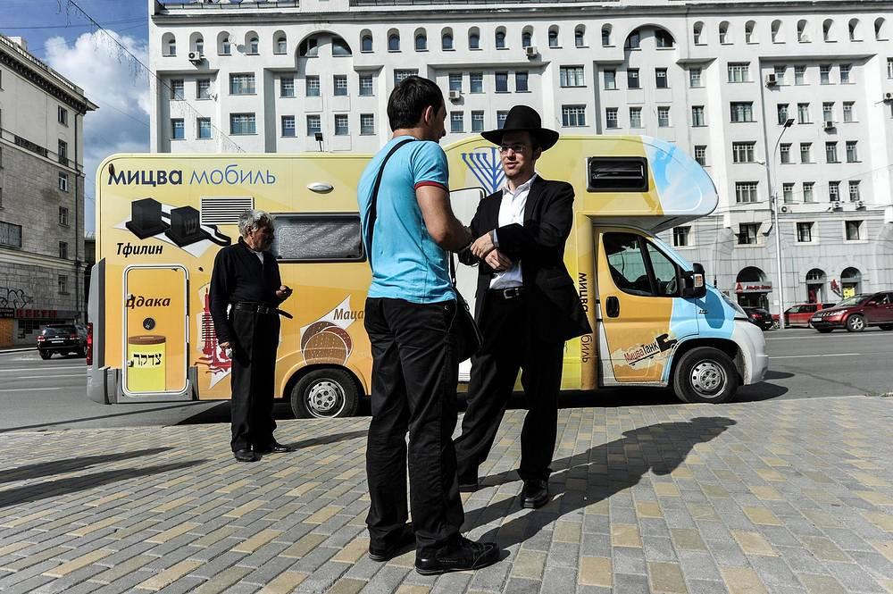 """Мицва-мобиль, или, как их ещё называют, """"танк"""" на Вокзальной магистрали в Новосибирске. Эта передвижная синагога - часть всероссийской экспедиции, стартовавшей 7 августа из Омска"""