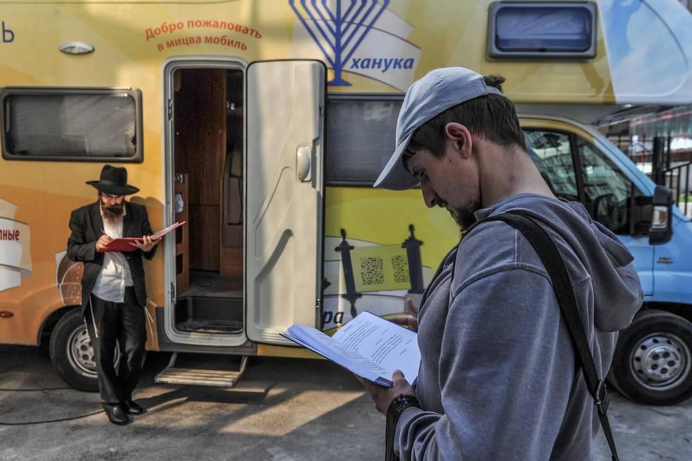 В Новосибирске, как и в других городах, раввины распространяли литературу религиозного содержания среди желающих