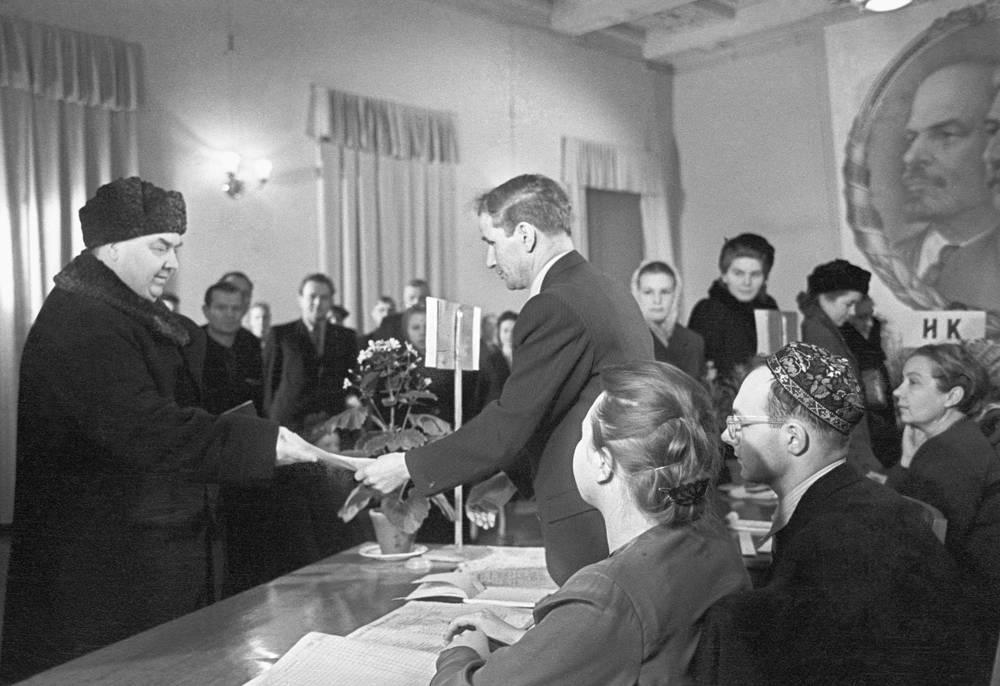 Председатель Совета министров СССР Георгий Маленков (слева) на избирательном участке, Москва, 1954 год