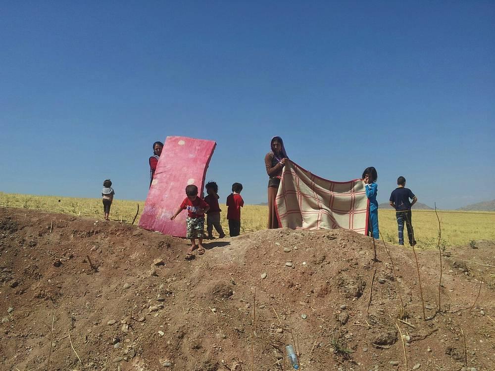 В горах Синджара, в 120 км к западу от Мосула, скончались от обезвоживания 40 детей из семей иракских езидов, бежавших от преследований исламских фанатиков. На фото: беженцы в Синджаре