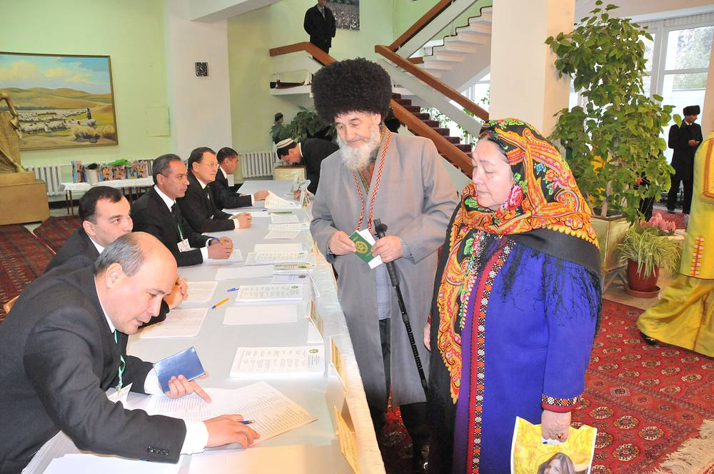 Голосование на президентских выборах на избирательном участке в клубе Туркменского государственного сельскохозяйственного университета, 2012 год