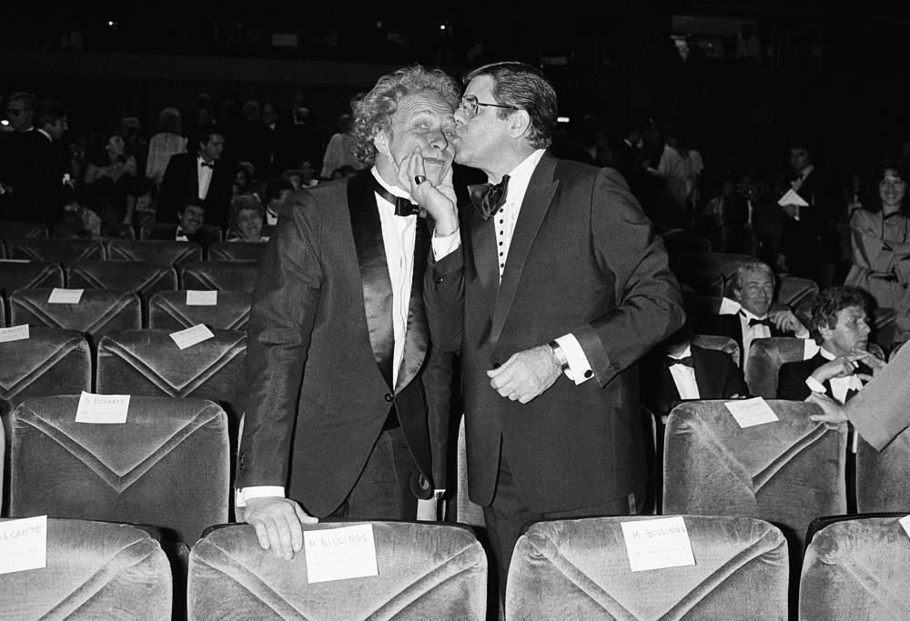 """Первой большой работой актера в кино стал фильм Ива Робера """"Счастливчик Александр"""" (1968). За ним последовали """"Рассеянный"""", """"Высокий блондин в черном ботинке"""" и др. Всего на счету актера более 70 ролей в кино. На фото: американский актер Джерри Льюис и Пьер Ришар, 1983 год"""
