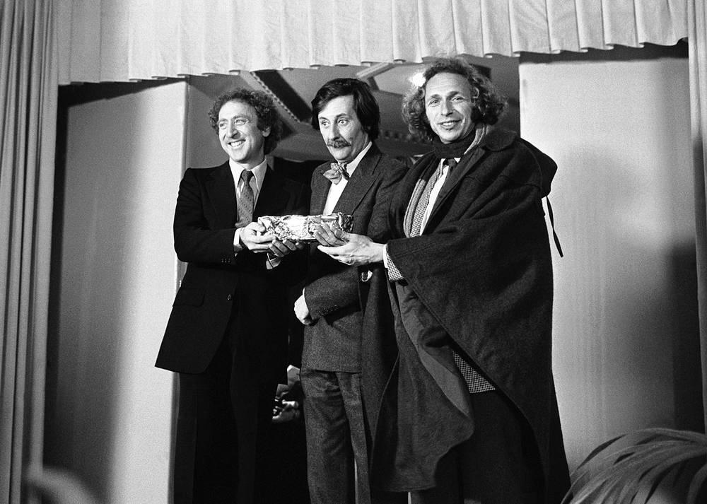 """Окончив школу, он переехал в Париж, где начал брать уроки актерского мастерства. Ришар играл небольшие роли в театральных постановках, а позже выступал в кабаре и варьете. На фото: актеры Жан Рошфор, Джин Уайлдер и Пьер Ришар держат статуэтку кинопремии """"Сезар"""", которую Рофшор получил за фильм """"Краб-барабанщик"""", 1978 год"""