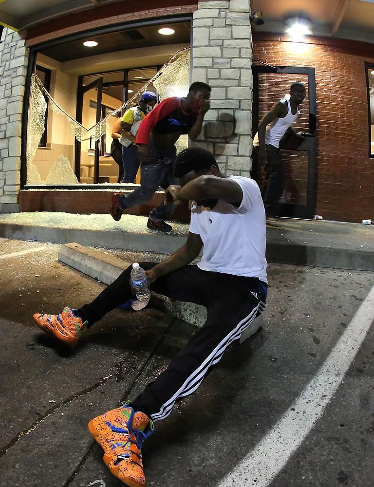 В результате столкновений в ночь на воскресенье один из местных жителей получил огнестрельное ранение, а семь наиболее активных участников беспорядков были задержаны