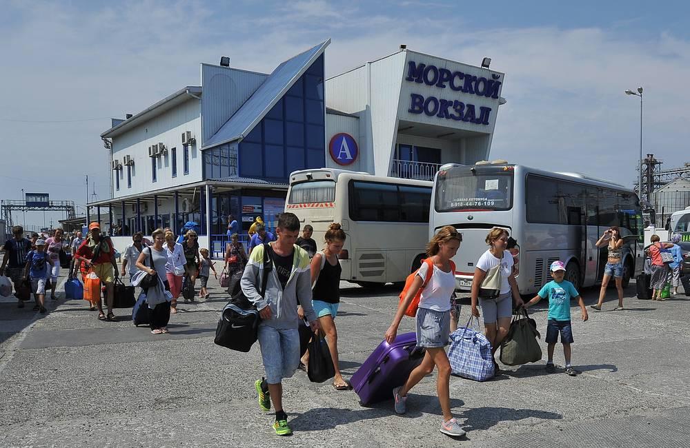 По данным Минтранса, также удалось ликвидировать автомобильные заторы на ведущей к переправе дорожной магистрали крымского города Керчь. Со стороны порта Крым в настоящее время действует три накопительные площадки для ожидающих паром автомобилей: две - в непосредственной близости с портом, третья - на въезде в Керчь. На фото: порт Кавказ