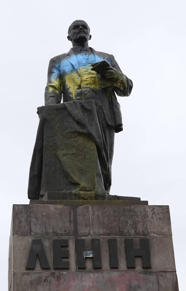 Памятник Ленину в Славянске, Донецкая область, апрель 2014 года