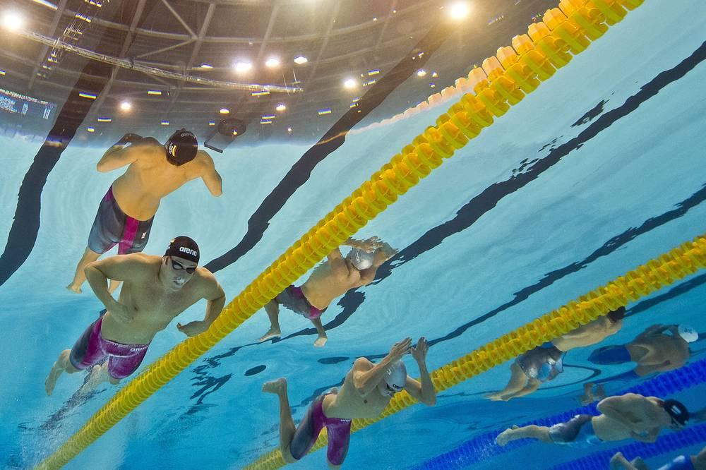 Немец Марко Кох (слева) и россиянин Илья Хоменко (справа, второй) на дистанции 200 метров брассом. Марко Кох стал победителем финала, Илья Хоменко занял пятое место