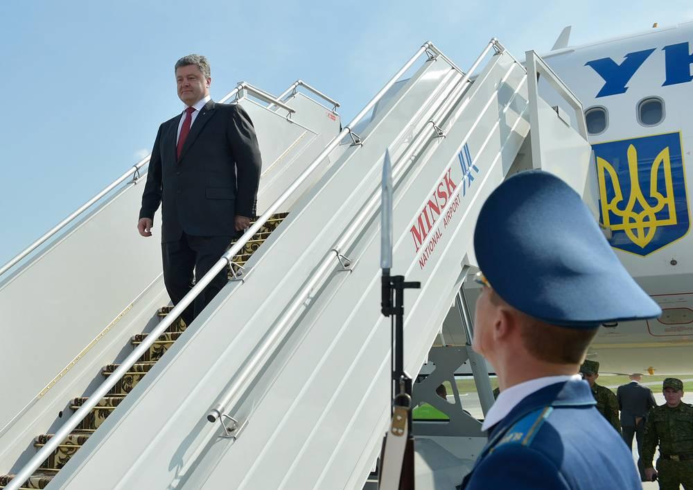 Президент Украины Петр Порошенко во время встречи в аэропорту Минска