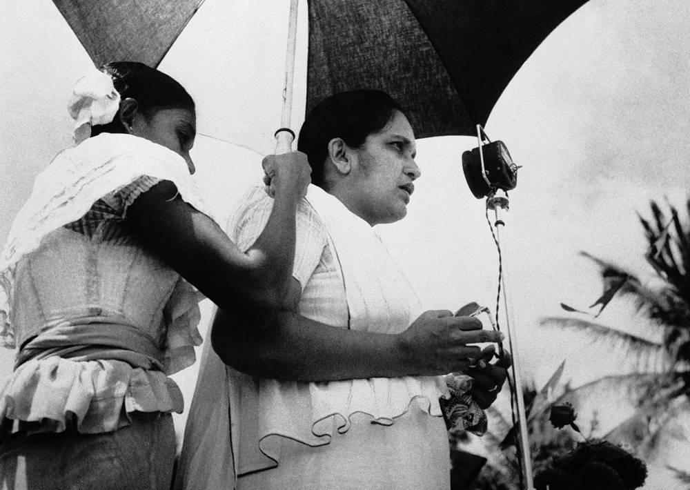 Сиримаво Бандаранаика - первая и дольше всех находившаяся у власти женщина. Она трижды занимала пост премьер-министра Шри-Ланки, в общей сложности проработав на этом посту 18 лет