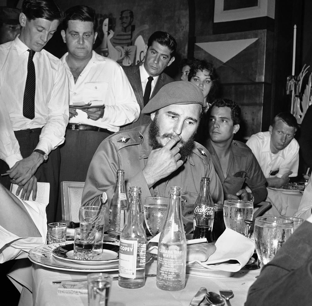 Самое большое количество неудачных покушений также было сделано на Фиделя Кастро. По словам бывшего руководителя охраны, против лидера кубинской революции готовилось 638 заговоров с целью его убийства. Способы были разные: сигары, набитые взрывчаткой, отравленные таблетки, авторучка с ядом, инфицирование водолазного костюма опасным грибком, муляжи морских раковин со взрывчаткой