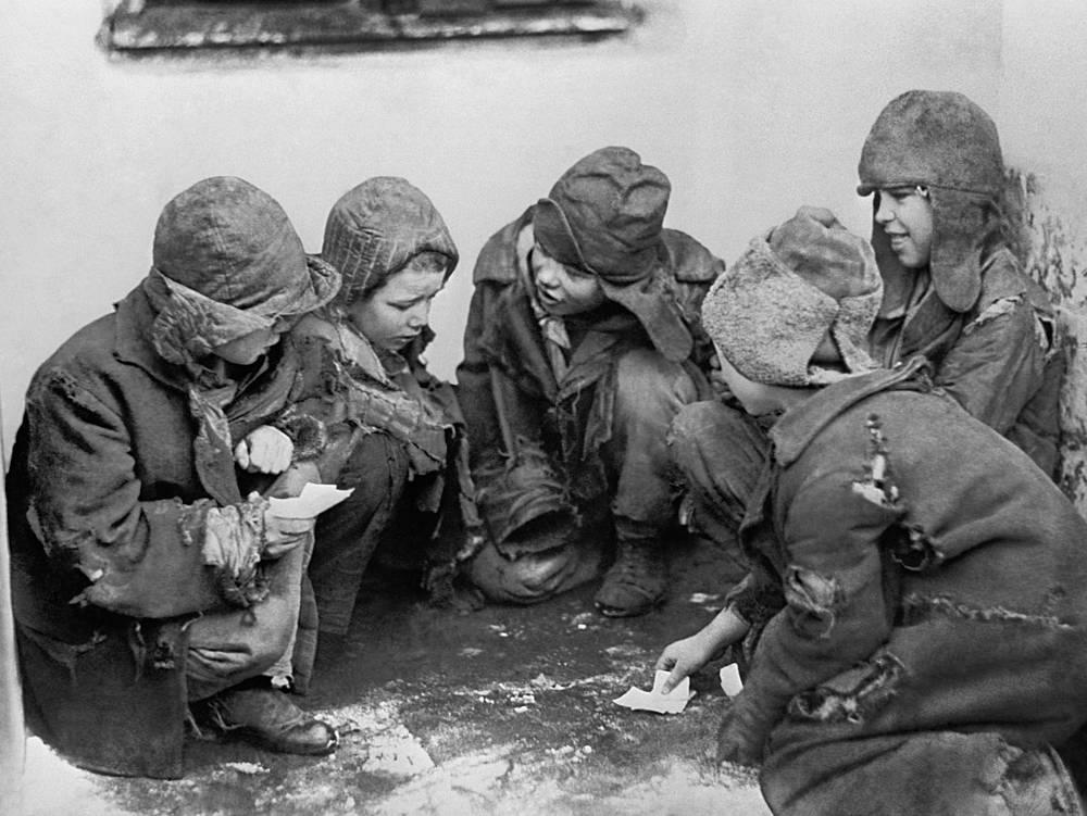 Дети-беспризорники играют в карты на улице, 1918 год