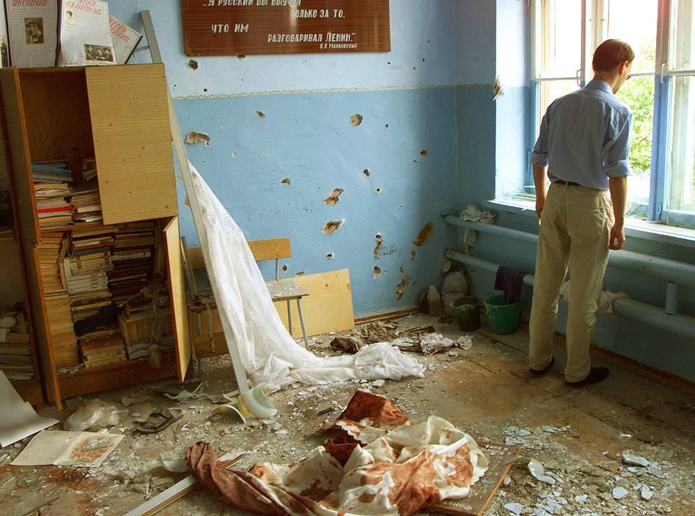 В классе школы, где расстреливали заложников, 6 сентября 2014 года