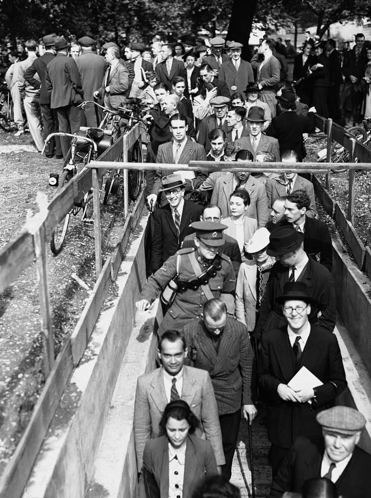 Лондонцы спускаются в бомбоубежище во время первой в городе воздушной тревоги. 3 сентября 1939 года