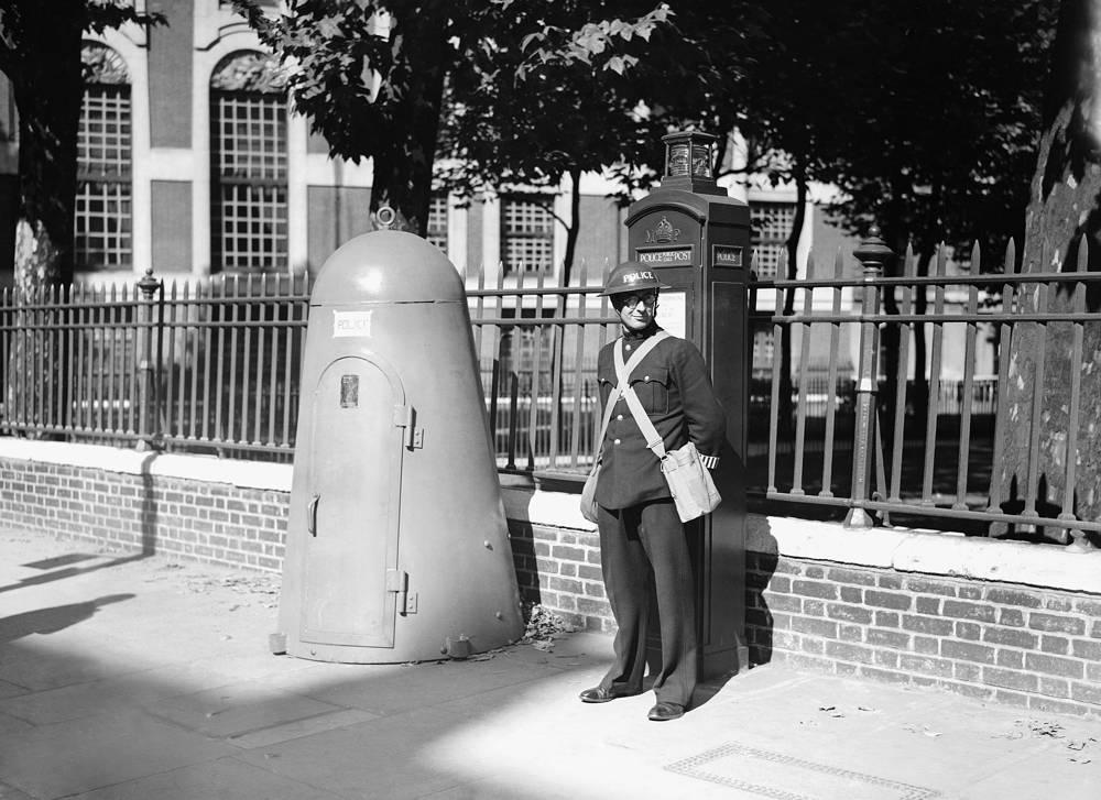 Лондонский полицейский рядом с одноместным бомбоубежищем. 6 сентября 1939 года