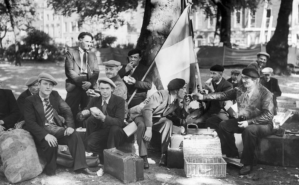 Живущие в Лондоне французы, призванные в армию своей страны, завтракают напротив французского консульства. 6 сентября 1939 года