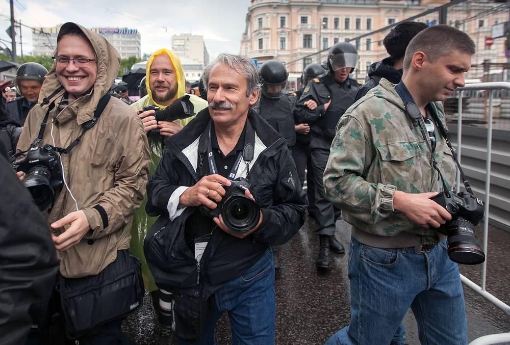 Андрей Стенин (крайний справа) с коллегами