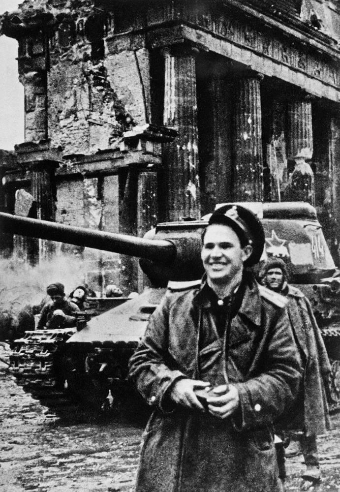 Военный фотокорресподент Евгений Халдей в Берлине, 1945 год