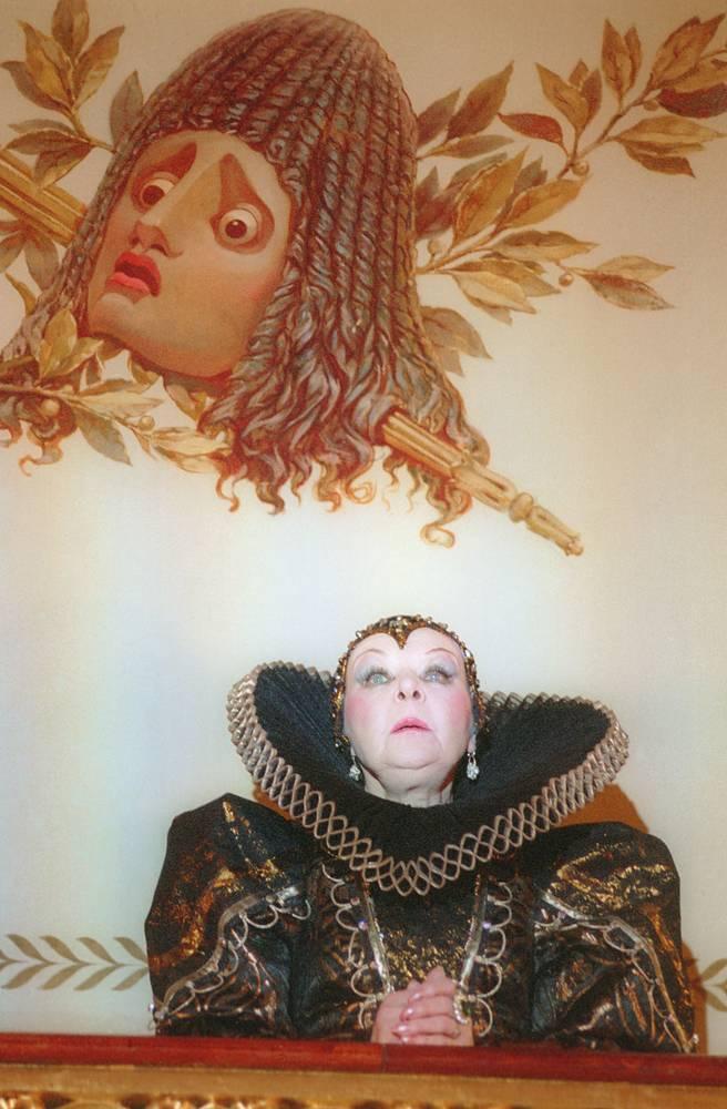 В роли Елизаветы Английской (на снимке) в спектакле по пьесе Фердинанда Брукнера в Александринском театре, 1996 год