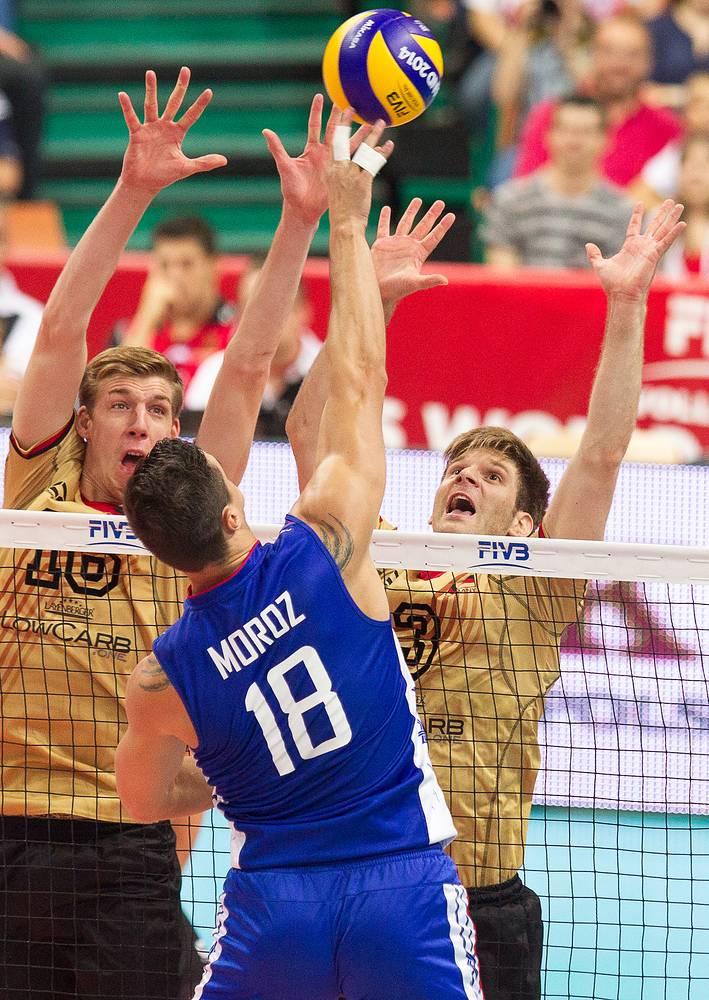 Игрок сборной России Павел Мороз (в синем)