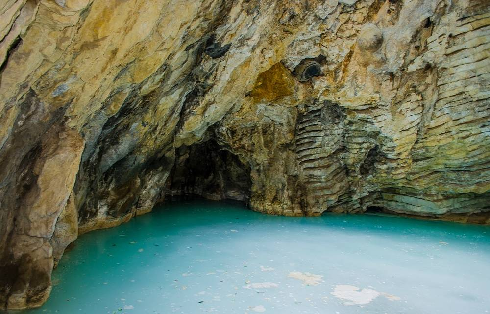 Озеро Провал в Пятигорске — естественная пещера на южном склоне горыМашук, на дне которой находитсякарстовоеозероминеральной водычистого голубого цвета.