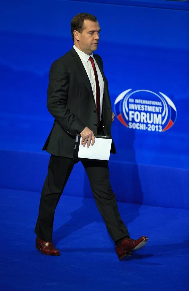 """""""Нами принято решение заморозить их (тарифы) на год,  - сказал премьер-министр РФ Дмитрий Медведев. - Непростое решение, скажем прямо. А в дальнейшем - ограничить рост на уровне инфляции предыдущего года"""""""