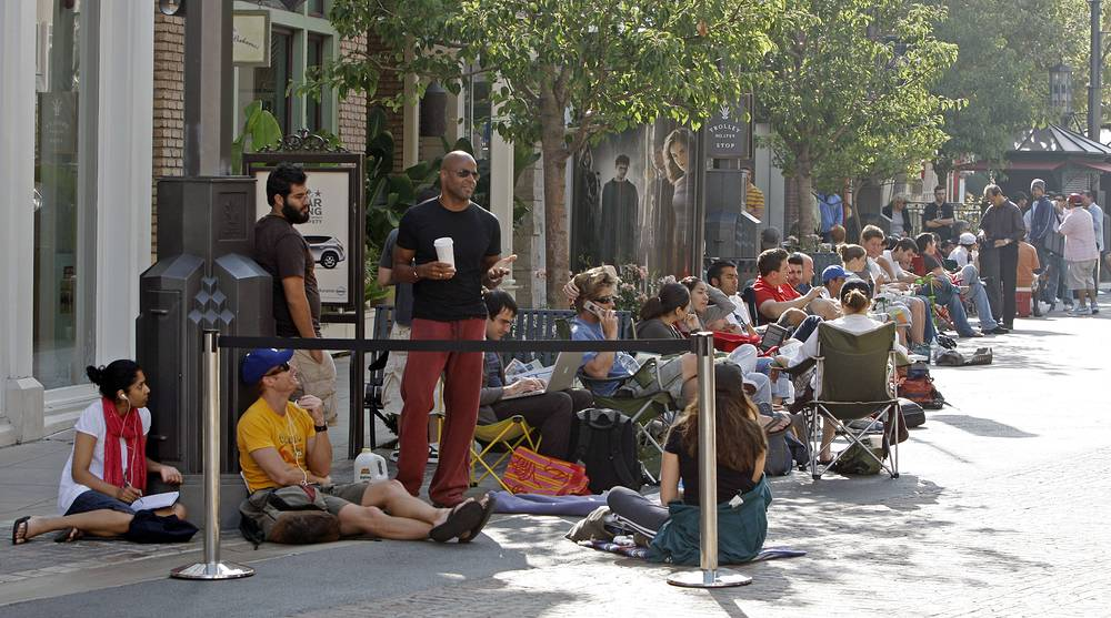 Первый iPhone был анонсирован Apple на конференции MacWorld Expo 9 января 2007 года. 29 июня 2007 года новый смартфон поступил в продажу в США. На фото: очередь за iPhone первого поколения, Лос-Анджелес, 29 июня 2007 года
