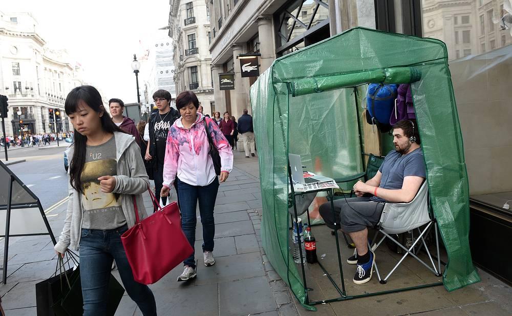 Покупатели iPhone 6 возле магазина Apple в Лондоне