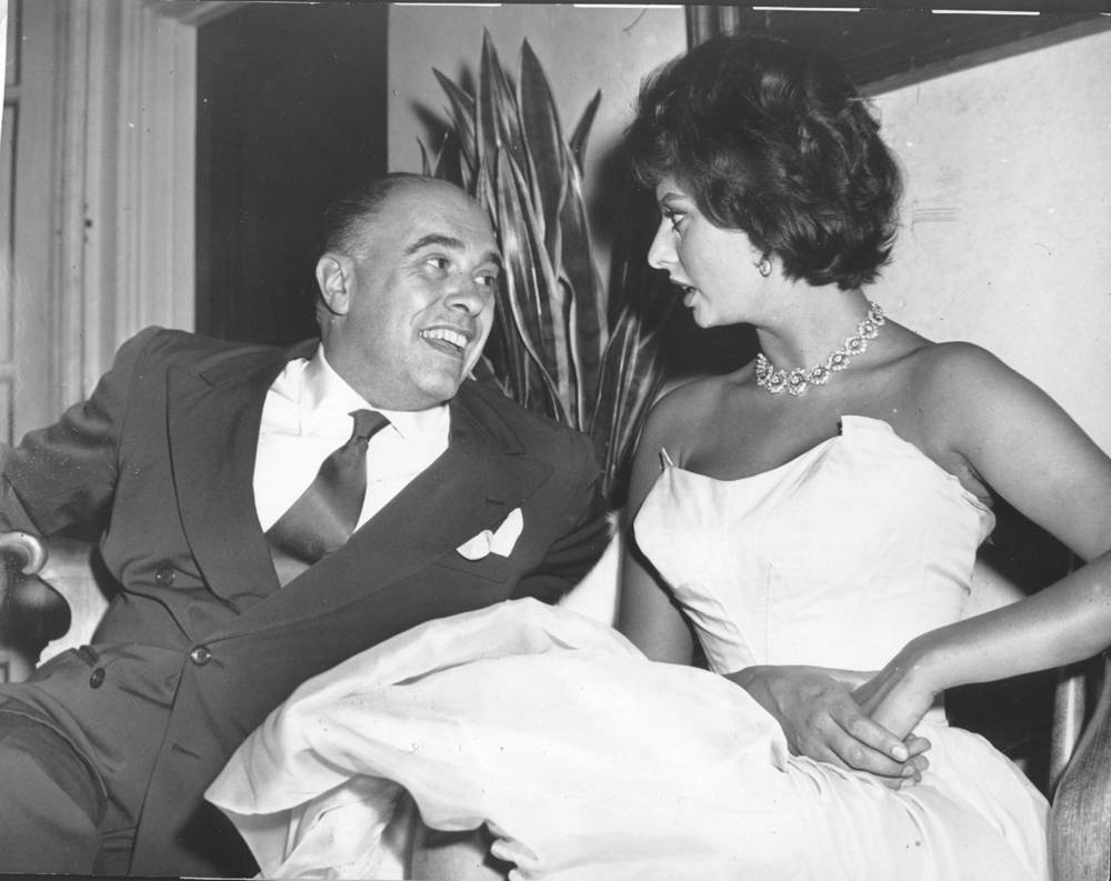 В 1949 году на одном из конкурсов красоты Софи Лорен заметил итальянский продюсер Карло Понти и пригласил сниматься в кино. На фото: Софи Лорен и Карло Понти, 1957 год