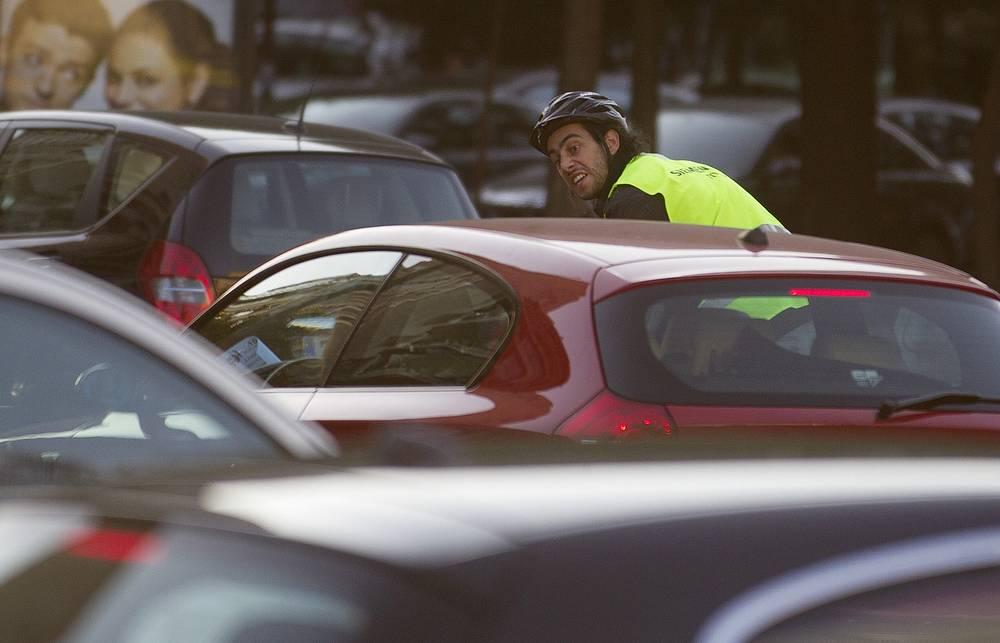 Как правило, в этот день горожан призывают воспользоваться общественным транспортом или велосипедом, однако даже в этот день не всегда удается избежать пробок. На фото: День без автомобиля в Мадриде, 2011 год