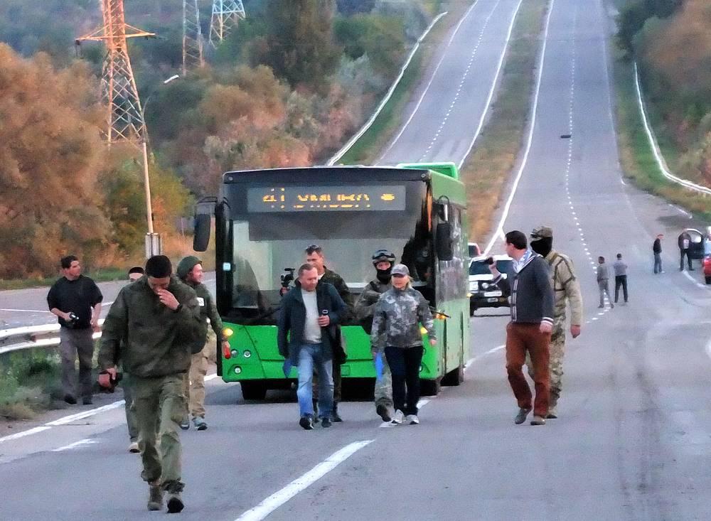 12 сентября состоялся первый официальный обмен пленными. Были освобождены по 37 человек с каждой стороны. На фото: обмен пленными в Константиновке, в 60 км к югу от Донецка