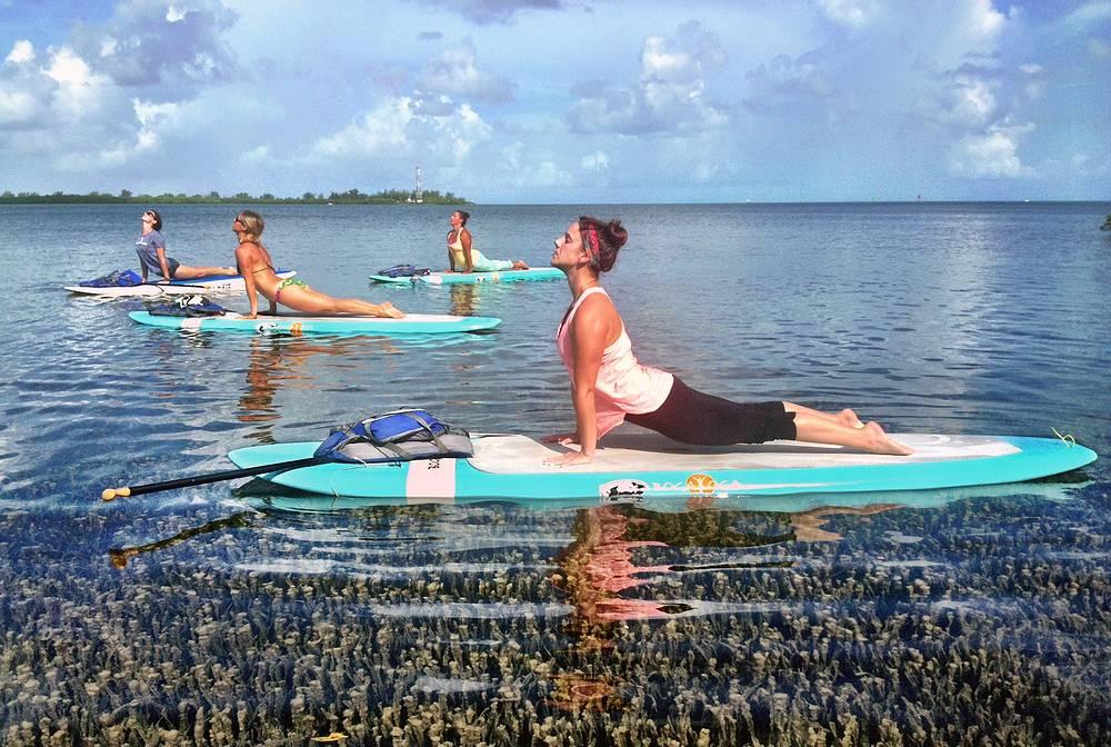 Нью-эйдж-туризм предназначен для людей, ищущих равновесия и гармонии. Как правило, такие туристы уезжают в страны с мягким климатом, где проводят различные практики - йогу, вегетарианство, физические нагрузки. На фото: занятия йогой в одном из центров во Флориде