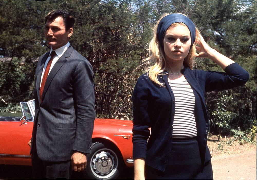 """Другие известные фильмы с ее участием - """"Истина"""", """"Презрение"""", """"Вива, Мария!"""". На фото: Брижит Бардо и Джек Пэланс на съемках фильма """"Презрение"""" (1963)"""