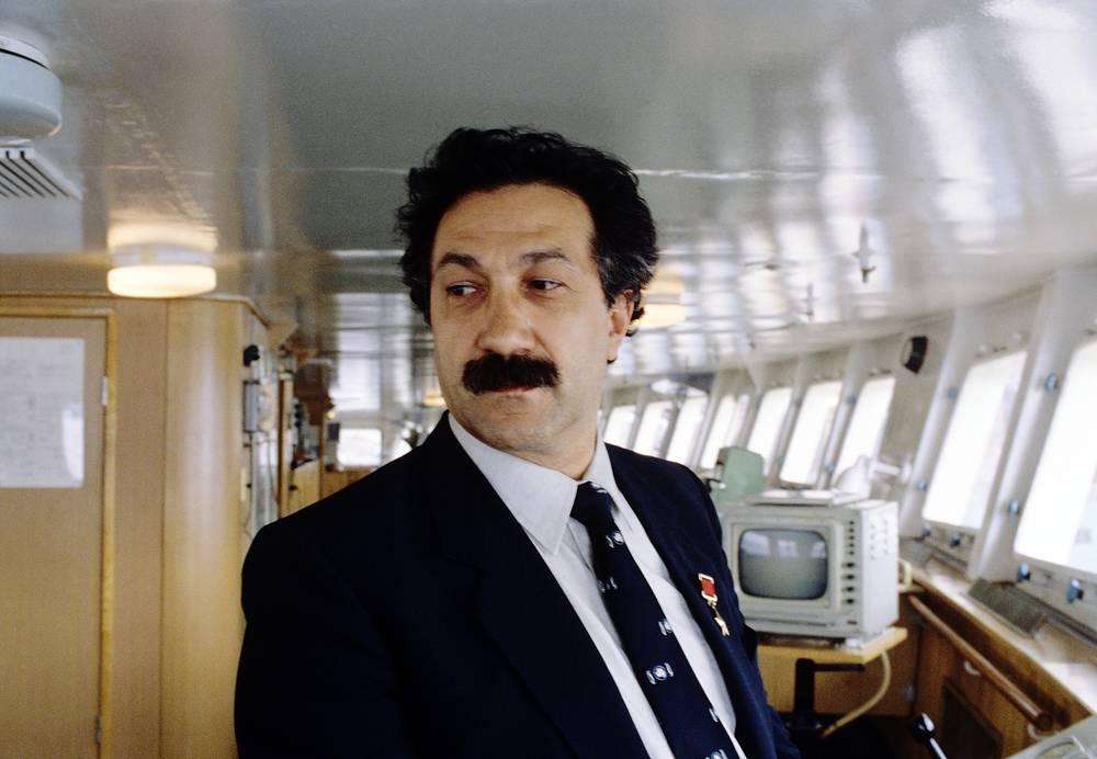 """В 1986-1992 годах Чилингаров был заместителем председателя Госкомгидромета СССР, начальником главного управления по делам Арктики, Антарктики и Мирового океана. Руководил научной экспедицией на атомоходе """"Сибирь"""" к Северному полюсу и трансконтинентального перелета Ил-76 в Антарктиду. На фото: экспедиция атомного ледокола """"Сибирь"""", 1987 год"""