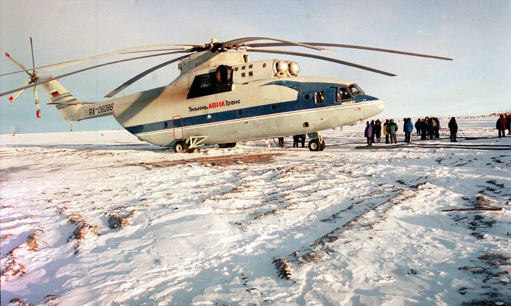 """В 1999 году Чилингаров руководил сверхдальним перелетом вертолета Ми-26, показавшим возможности эксплуатации машин в центральных районах Северного Ледовитого океана. В 2003 году при его содействии была открыта долговременная дрейфующая станция """"Северный полюс-32"""". На фото: полярная экспедиция на вертолете Ми-26 под руководством Чилингарова, 1999 год"""