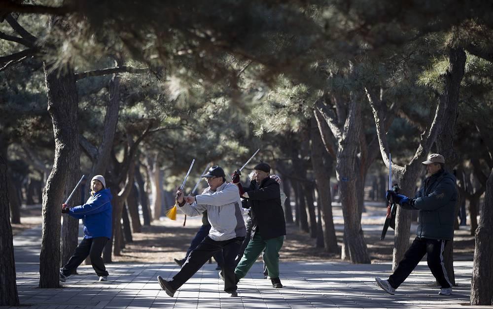Дата празднования - 1 октября - была провозглашена Генеральной Ассамблеей ООН. Этот день призван обратить внимание на создание общества для всех возрастов. На фото: пожилые китайцы тренируются с мечами в парке Пекина