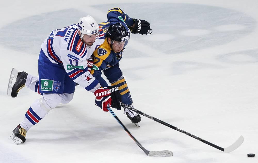 Капитан СКА Илья Ковальчук (слева) набрал 21-е очко в сезоне, но это не помогло его команде