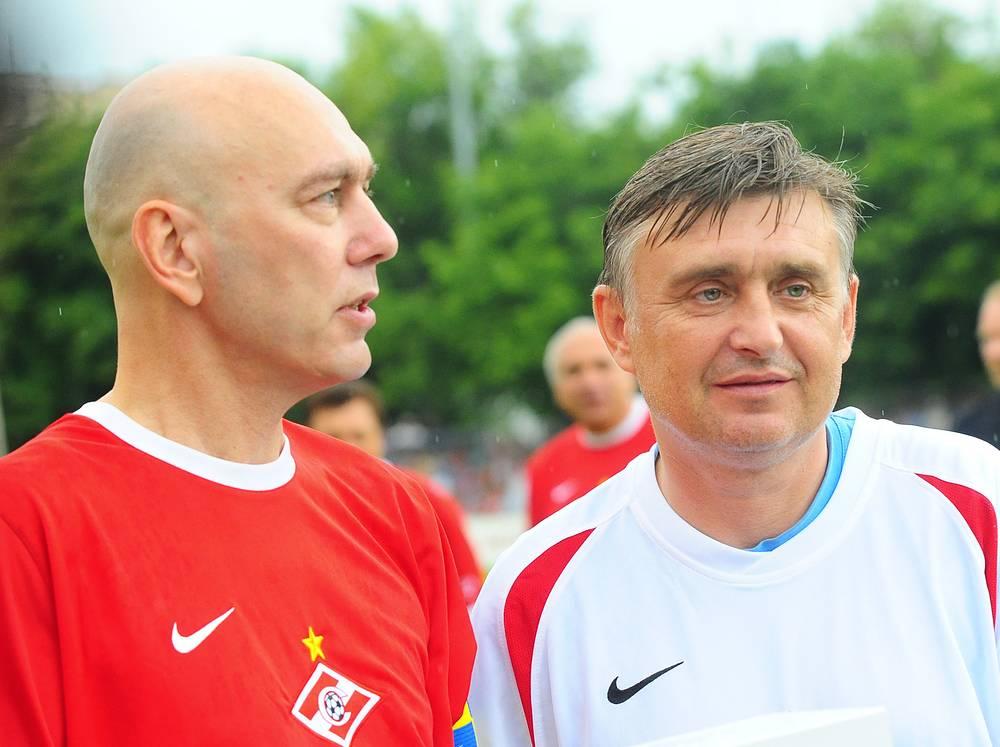Вагиз Хидиятуллин (слева) и Черенков после матча, посвященного их 50-летию. 2009 год
