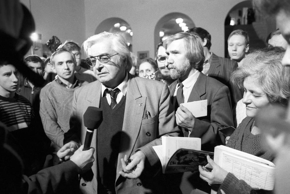Юрий Любимов беседует с журналистами в фойе Театра на Таганке, 1993 год